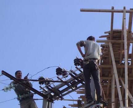 Les employés d'Electricité du Liban au travail à Kafra.