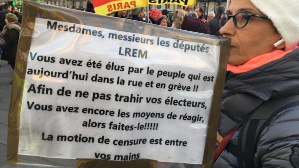 À Paris, les manifestants contre la réforme des retraites souhaitent mobiliser les députés qui doivent ce mardi 3 mars 2020 dans la soirée voter pour ou contre la motion de censure.