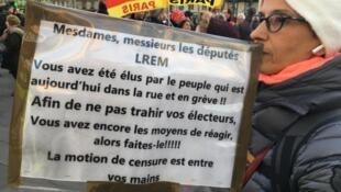Manifestantes en París contra la reforma de las pensiones. En la pancarta se anima a los diputados a votar a favor de la moción de censura que se estudia este martes 3 de marzo de 2020.