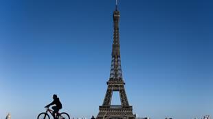Los parisinos salieron a pasear pese a las restricciones por el coronavirus, tentados por domingo primaveral del 5 de abril de 2020