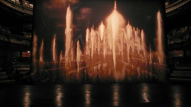 La pintura de 4 x 6 metros ocupa el centro del escenario del teatro Bouffes de Nord