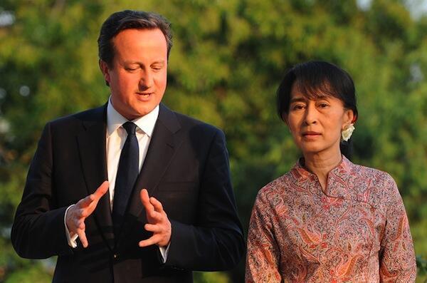Waziri mkuu wa Uingereza akiwa na Aung San Suu Kyi wakati alipofanya zaiara nchini Myanmar