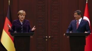 کنفرانس مشترک خبری آنگلا مرکل صدراعظم آلمان و احمد داووداغلو، نخست وزیر ترکیه. آنکارا ١٩ بهمن/ ۸ فوریه ٢٠۱۶