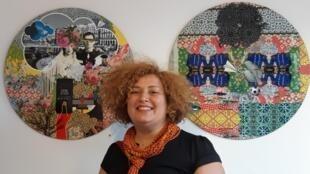 Hania Zazoua alias Princesse Zazou, graphiste, styliste, vidéaste... et artiste onirique, à Douarnenez dans la galerie Miettes de Baleine où ses oeuvres et celles de Sven, du collectif Brokk'art, sont exposées, le 21 août 2019.