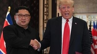 Donald Trump et Kim Jong-un lors de leur sommet historique entre les États-Unis et la Corée du Nord, le 12 juin 2018 à Singapour.