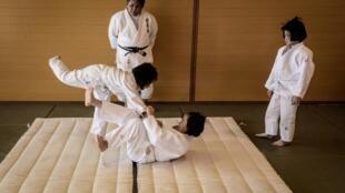 Wakako Ueno, maître de judo, regarde des filles s'entraîner à Toma (Japon) le 8 février 2020