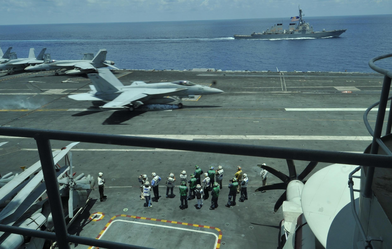 Tàu sân bay USS George Washington ghé thăm ngoài khơi Sài Gòn hôm 13/8/2011. Nhiều quan chức và nhà báo Việt Nam đã được mời thăm tàu.