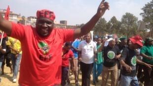 Mineros manifiestan para pedir mejoras salariales en Pretoria, Sudáfrica, septiembre de 2013.