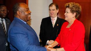 A presidente do Brasil Dilma Rousseff durante encontro com o presidente do Gabão, Ali Bongo Ondimba, em Adis Abeba (Etiópia).