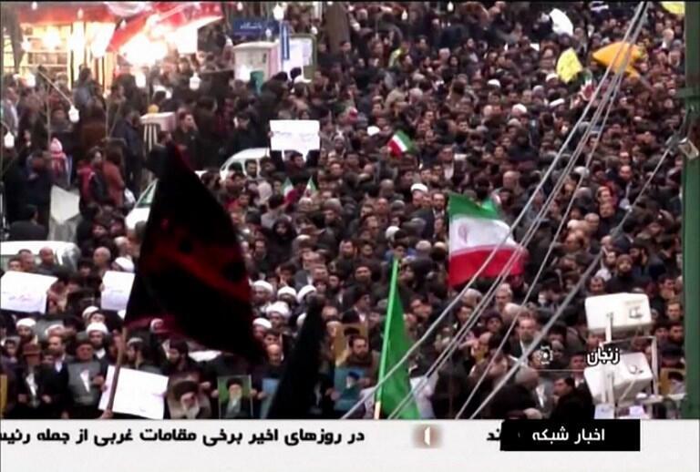 Imagem captada pela televisão pública do Irão (IRIB)  no dia 01 de Janeiro de 2018,na  qual manifestantes gritam slogans a favor das autoridades do Irão.