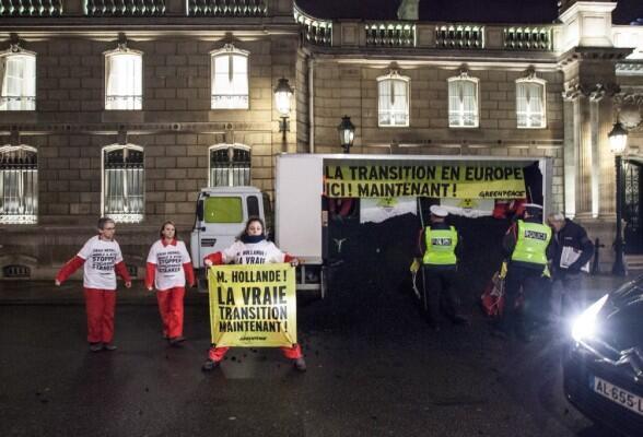 Um pouco antes das seis da manhã desta quarta-feira, militantes do greenpeace se manifestaram em frente do Palácio do Eliseu.