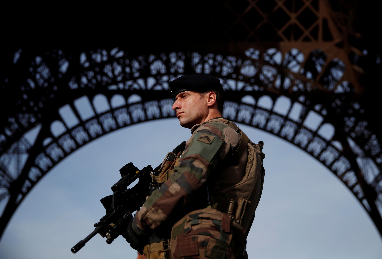 ទាហានបារាំង យាមល្បាត នៅ Tour Eiffel