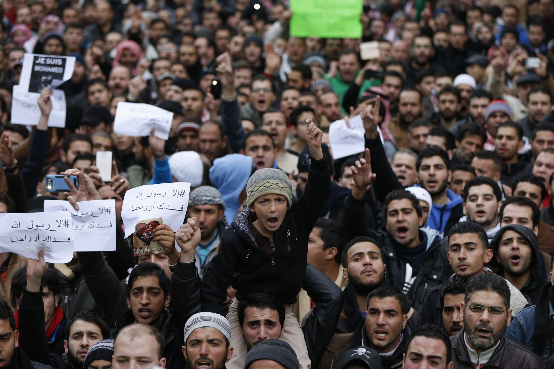 Milhares de pessoas foram às ruas contra o jornal Charlie Hebdo, como em Amã, capital da Jordânia.
