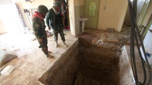 Des combattants peshmergas découvrent un tunnel creusé par les jihadistes du groupe Etat islamique, non loin de Bachika, le 7 novembre 2016.