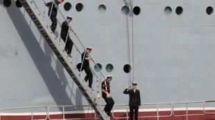 Marinheiros militares russos chegam ao porto francês de Saint-Nazaire 30 de junho de 2014.