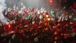 به دنبال افزایش اعتراضها به دولت اسلامگرایان در تونس، حزب النهضه هواداران خود را در پایتخت جمع کرد تا حمایت خود را از دولت این کشور نشان دهند و بر «مشروعیت» آن تأکید کنند.