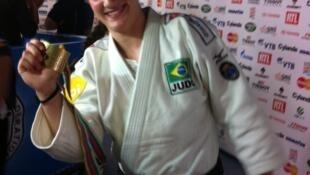 A judoca brasileira Mayra Aguiar exibe sua medalha de bronze conquistada em Paris.