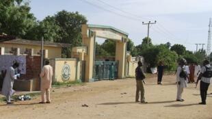 Des officiers de sécurité à l'entrée du campus de l'école polytechnique de Kano, dans le nord du Nigeria, après l'attentat-suicide perpétré par une femme, le 30 juillet 2014.