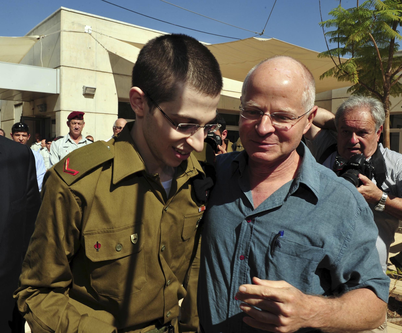 Gilad Shalit (g) et son père Noam sur la base de Tel Nof, le 18 octobre 2011.