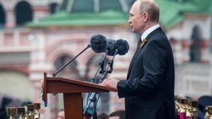 Le président russe Vladimir Poutine s'est exprimé devant des milliers de soldats et d'ex-combattants sur la place Rouge à Moscou, avant le défilé à l'occasion du 74e anniversaire de la victoire de l'Union soviétique sur l'Allemagne nazie, le 9 mai 2019.