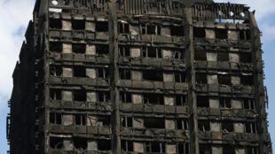 A Torre Grenfell destruída pelo incêndio que deixou ao menos 30 mortos, no oeste de Londres.