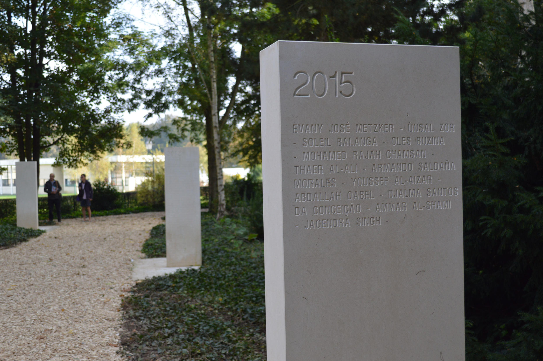 Au mémorial des reporters sont gravés dans la pierre les noms des journalistes tués dans l'exercice de leurs fonctions. L'année 2015 a été particulièrement marquée par l'assassinat de ceux de Charlie Hebdo.