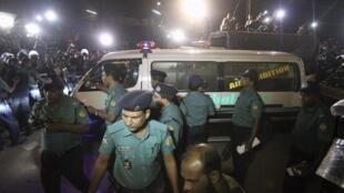 Une ambulance transportant le corps de Salaudin Quader Chowdhury quitte la prison centrale de Dacca, après l'exécution de ce dernier, le 22 novembre 2015.