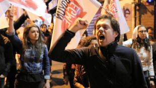 Manifestantes protestam contra a reforma da Constituição que deu plenos poderes a Erdogan.