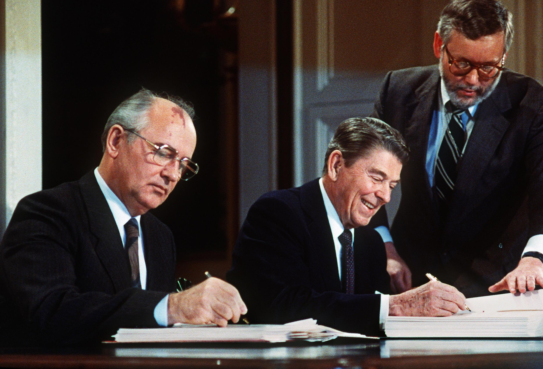 Договор о ракетах средней и меньшей дальности был подписан Гобачевым и Рейганом в 1987 году