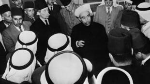 En esta foto de archivo, publicada el 10 de mayo de 1948, el rey Abdulá I de Transjordania (en el centro) se entrevista con los dirigentes árabes después de la conferencia de Amán