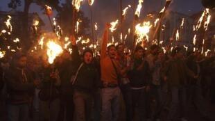 Manifestation nocture d'activistes maoïstes, à Katmandou, le 19 décembre 2009, à la veille de la grève générale annoncée visant à bloquer le pays.