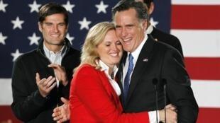 Ứng viên tổng thống Mỹ của đảng Cộng Hòa Mitt Romney và vợ tại tiểu bang Iowa, Hoa Kỳ, tối ngày 03/01/2012