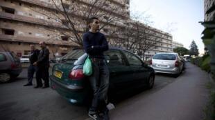 Saïd 24 ans, au chômage dans une rue d'un quartier populaire de Toulouse, le 27 mars 2012.