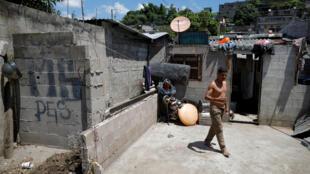 Un homme traverse un quartier pauvre de San Salvador, le 15 juin 2020.