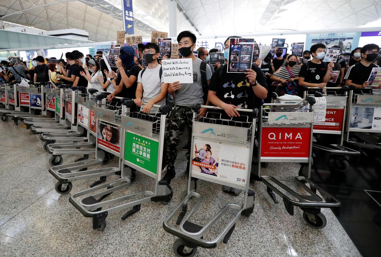 Os manifestantes pró-democracia bloquearam os corredores de acesso aos terminais de embarque do aeroporto internacional de Hong Kong nesta terça-feira, 13 de agosto de 2019.