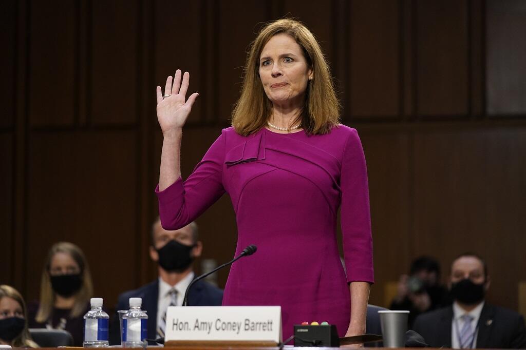 La candidate à la Cour suprême Amy Coney Barrett prête serment lors d'une audience de confirmation devant le Comité judiciaire du Sénat, le lundi 12 octobre 2020.