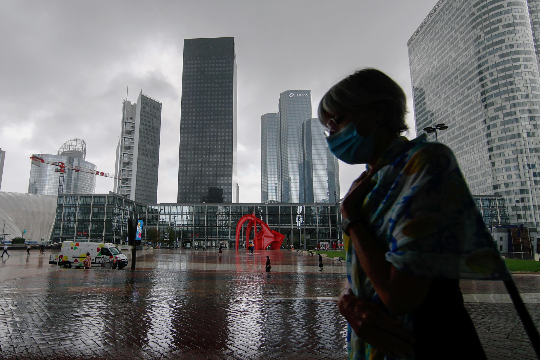 巴黎拉德芳斯的金融和商业区;一名戴着口罩的女性走过, 2020年8月17日。