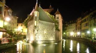 A cidade de Annecy, com seu belíssimo palácio de l'Isle, que faz parte do patrimônio histórico francês, construído no século XI, ilhado pelo rio Thiou, afluente do Lago de Annecy.