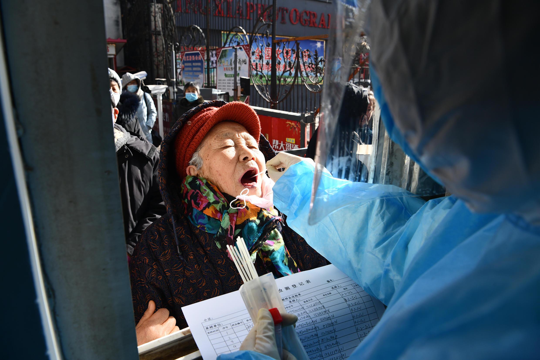 法广存档图片:中国医护人员在石家庄市开展COVID-19检测, 摄于2021年1月6日 Image d'archive RFI: Un agent de santé teste le COVID-19 à Shijiazhuang, en Chine, le 6 janvier 2021.