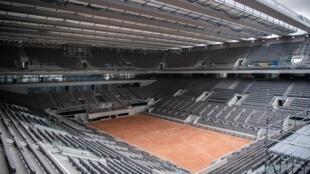 Le court central Philippe Chatrier de Roland-Garros rénové et doté d'une toiture, le 27 mai 2020, ne va accueillir que 1.000 spectateurs