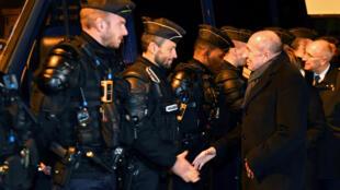 Le ministre de l'Intérieur français, Gérard Collomb, rencontre des gendarmes après une violentes bagarres entre migrants érythréens et afghans.