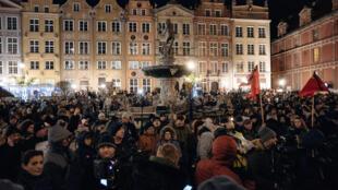 Des centaines de personnes ont rendu hommage à Pawel Adamowicz, lundi 14 janvier à Gdansk.
