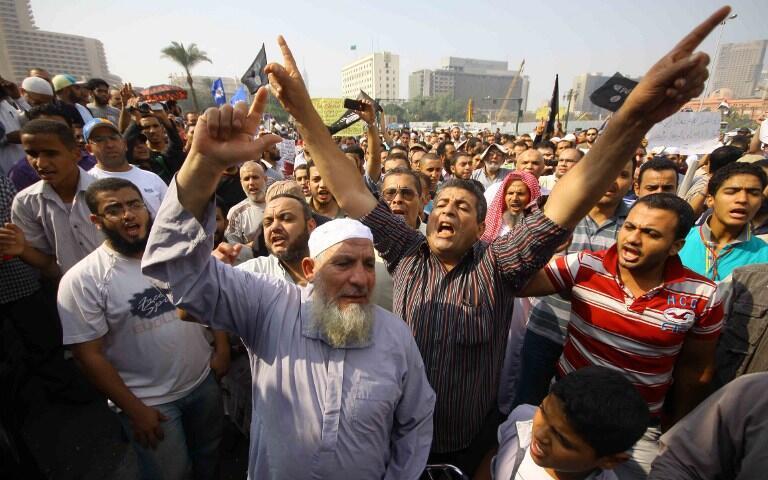 Des salafistes égyptiens crient des slogans demandant l'application de la Charia, place Tahrir, au Caire, le 2 novembre 2012.