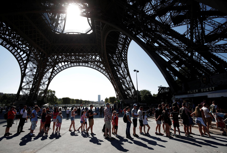 La Torre Eiffel abierta entre las 9 am y la media noche.