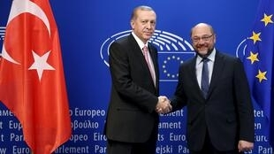 Президент Турции Реджеп Тайип Эрдоган (слева) и президент Европейского парламента Мартин Шульц на встрече в Брюсселе, 5 октября 2015.
