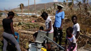 海地 Coteaux地区,灾民接取饮用水2016年10月9号