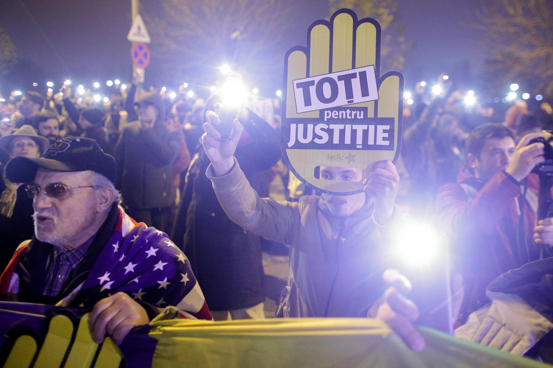 Tại thủ đô Bucarest, Rumani, khoảng 20.000 người tuần hành tới trước trụ sở Quốc Hội với biểu ngữ « Tất cả vì tư pháp », ngày 26/11/2017.