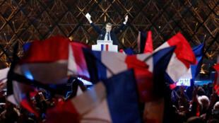 Tổng thống tân cử Pháp Emmanuel Macron mừng chiến thắng tại quảng trường bảo tàng Louvre, Paris, tối ngày 07/05/2017