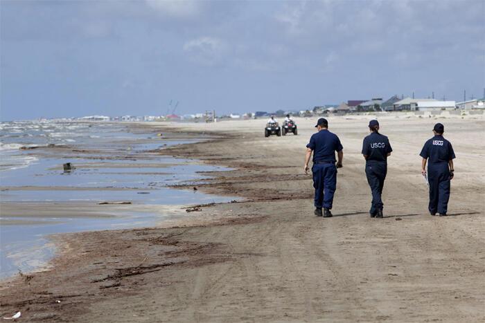 Патруль вдоль загрязненных берегов Мексиканского залива