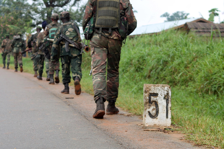Sur cette image de 2013, des soldats de l'armée congolaise se déplacent vers la ligne de front des combats avec les Forces démocratiques alliées (ADF), à Eringeti, dans l'est de la RDC.